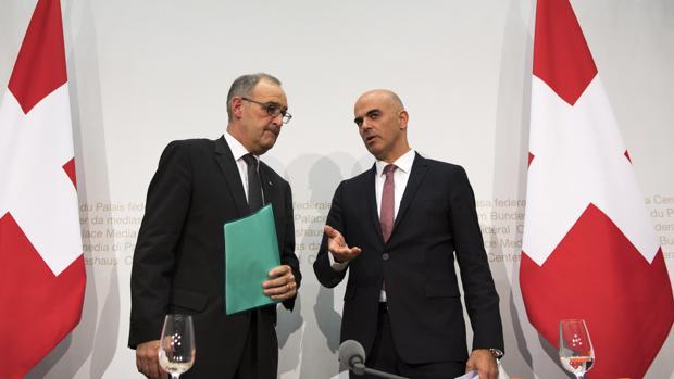 El minsitro de Interior suizo, Alain Berst (d) y el ministro de Defensa Guy Parmelin
