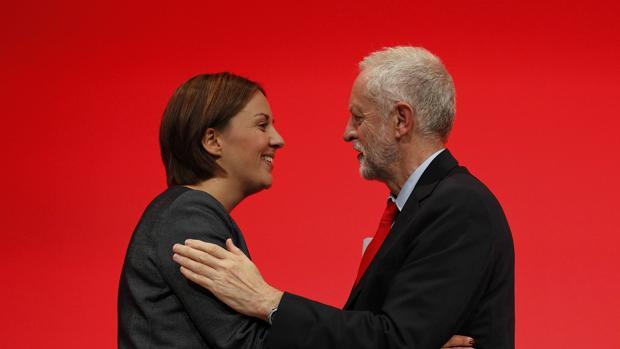 El líder del Partido Laborista británico, Jeremy Corbyn, y la cabeza visibe de la formación en Escocia, Kezia Dugdale, este lunes en el segundo día de la Conferencia de Liverpool