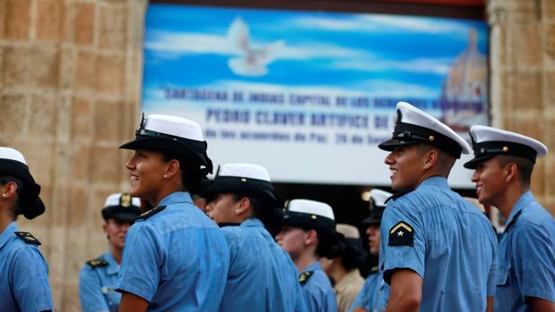 Miembros de la Marina colombiana este lunes fuera de la iglesia en que el presidente del país, Juan Manuel Santos, da un discurso antes de firmar el acuerdo de paz con las FARC