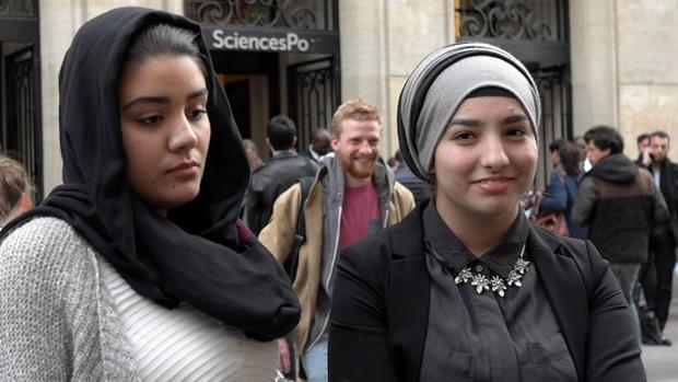 Dos estudiantes francesas visten el hiyab en París