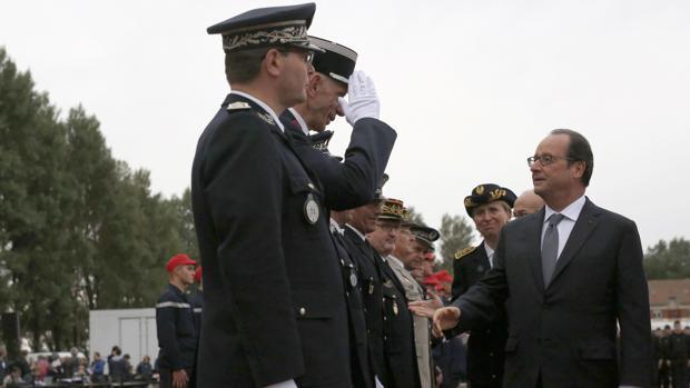 Hollande saluda a mandos de la Gendarmería en su visita a Calais