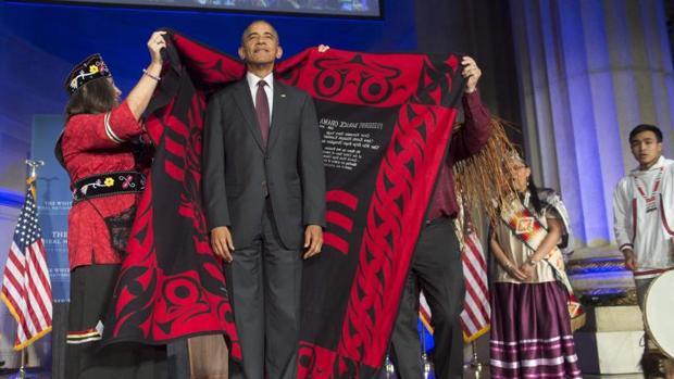 Barack Obama se viste de indio en su último encuentro con las tribus indígenas de EE.UU.