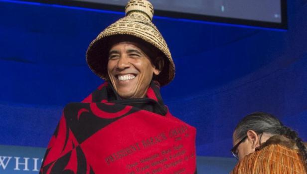 Barack Obama es honrado en una ceremonia antes de hablar en la Conferencia de la Casa Blanca Naciones Tribales
