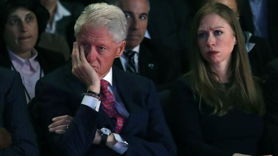 Bill y Chelsea Clinton han apoyado a la aspirante demócrata entre el público