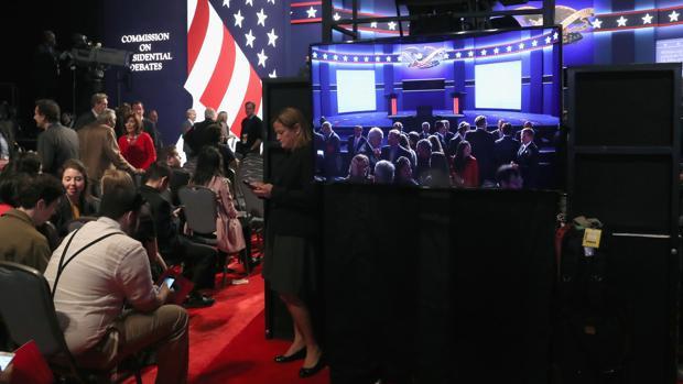 Parte de los asientos donde se acomodará al público del debate junto al punto de control y realización
