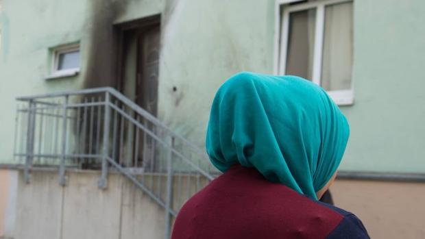 Una mujer frente a la mezquita de Dresde donde ha tenido lugar la explosión