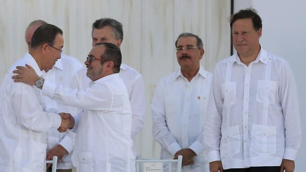 El máximo líder de las FARC, alias «Timochenko», saluda al secretario general de la ONU, Ban Ki-moon