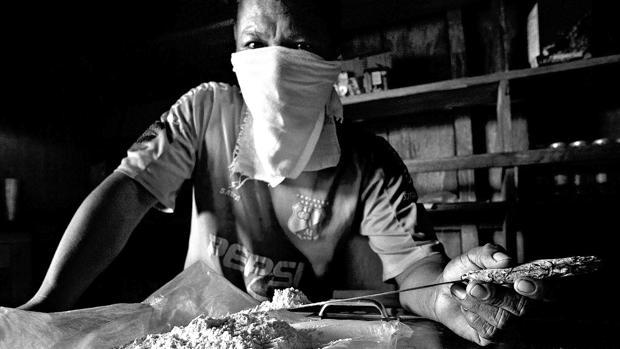 Un narco colombiano muestra cocaína pura en el departamento del Chocó
