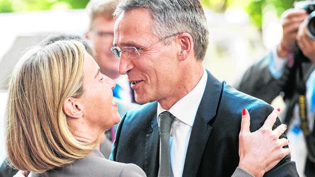 Mogherini saluda ayer al secretario general de la OTAn, Jens Stoltenberg