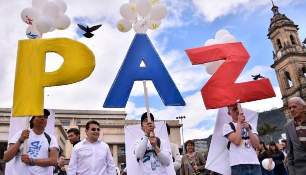 La gente se reúne en la plaza principal de Bolívar de Bogotá el 26 de septiembre de 2016, para celebrar el histórico acuerdo de paz entre el gobierno colombiano y las Fuerzas Armadas Revolucionarias de Colombia (FARC)