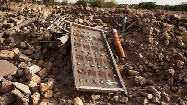 Restos de un mausoleo destruido en Tombuctú