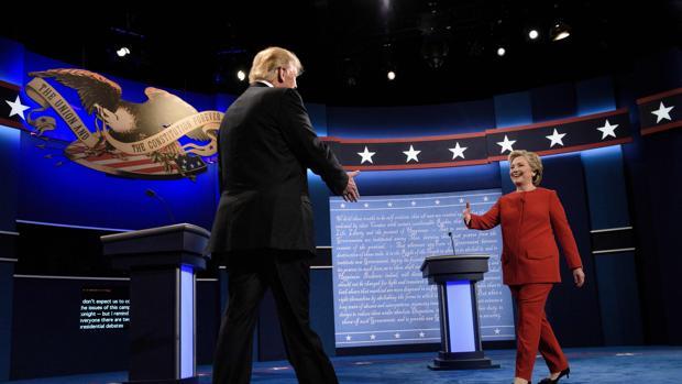 Hillary Clinton y Donald Trump se saludan antes del debate televisado
