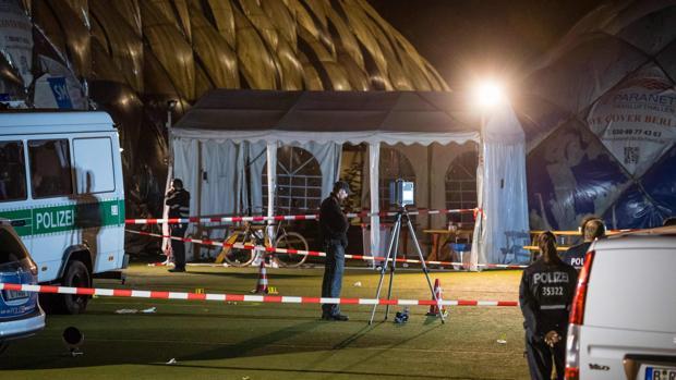 Varios policías junto a la entrada de un albergue para refugiados en Kruppstrasse, Berlín