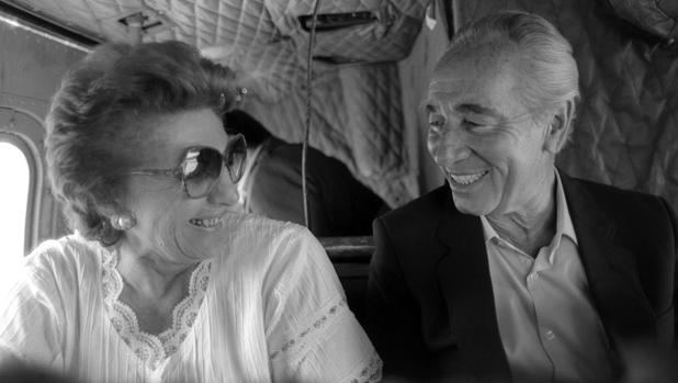 Simón Peres junto a su esposa, Sonya, en 1985