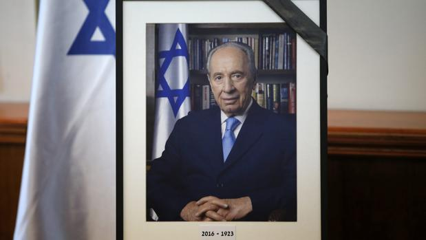 Un retrato del ex presidente israelí y premio Nobel de la paz Simón Peres