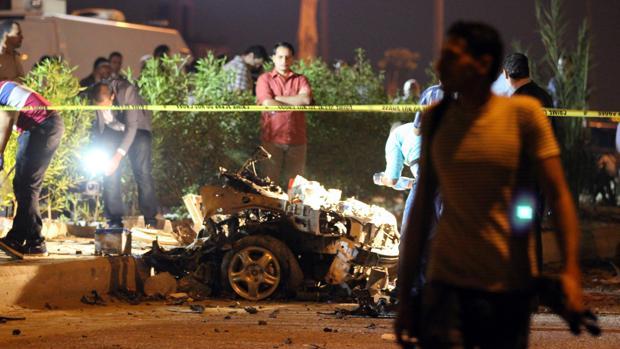 Foto del coche bomba tras explotar su carga