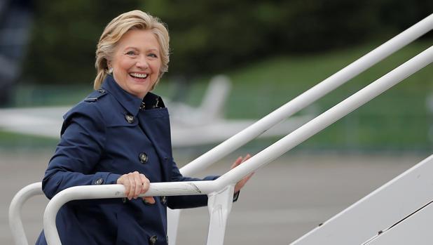 Hillary Clinton sube a bordo de su avión de campaña para acudir a un acto electoral en New Hampshire,