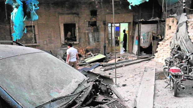 Médicos inspeccionan el estado de un hospital en Alepo tras ser bombardeado