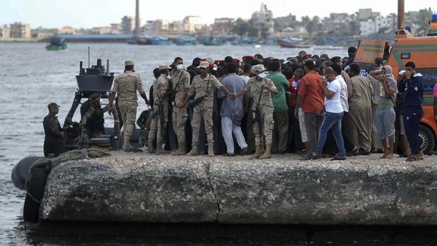 Familiares de desaparecidos en el naufragio de la semana junto a la costa de Egipto esperan noticias en el puerto de Rossetta