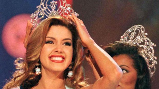 Alicia Machado sonríe tras ganar el título de Miss Universo en 1996