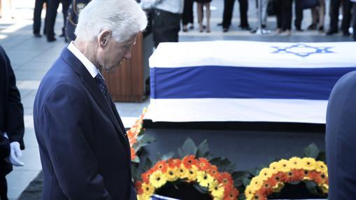 Bill Clinton, ayer, ante el féretro de Simon Peres