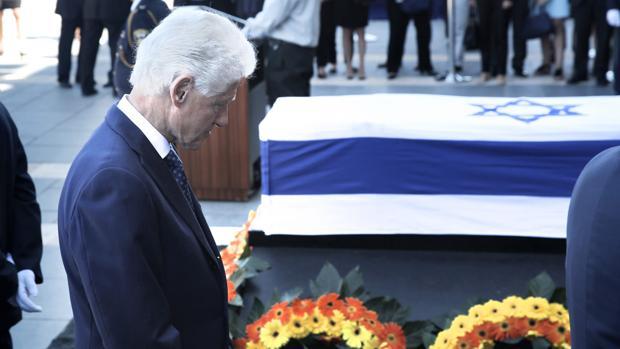 El expresidente Bill Clinton, ante el féretro de Simón Peres, ayer, prexenta sus respetos al expresidente fallecido
