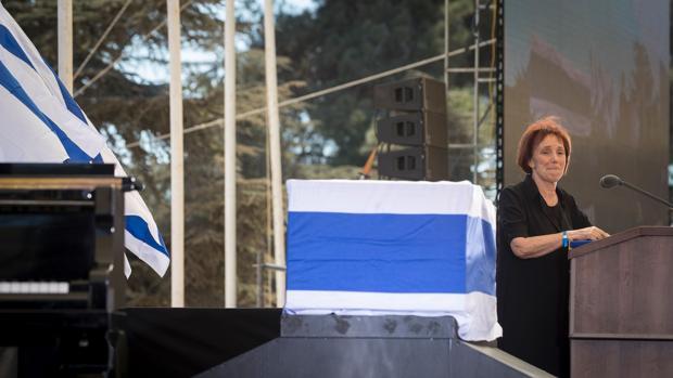 Tsvia Walden, hija del fallecido expresidente israelí Shimon Peres, da un discurso durente el funeral de su padre