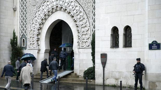 Un policía galo vigila a las puertas de la Gran Mezquita de París a la llegada de varios musulmanes, cuya presencia es cada vez más común en las calles de la capital francesa, antes del rezo de los viernes