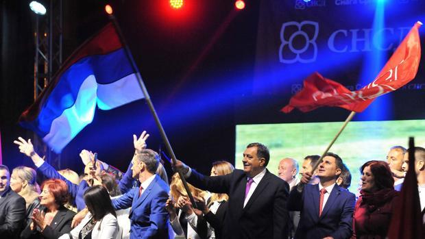 El presidente de la entidad serbosnia agita una bandera en un acto con simpatizantes en Pale, Bosnia