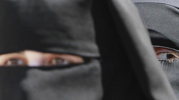 Dos mujeres ataviadas con «niqab» o velo islámico