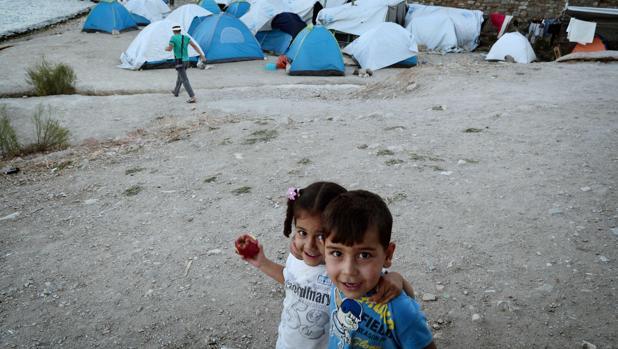 Dos niños posan para una fotografía el campo de refugiados de Souda, en la isla griega de Quíos