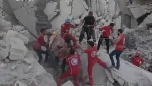 Un trabajador de los cascos blancos se derrumba al rescatar un bebé de 30 días tras un bombardeo en Siria