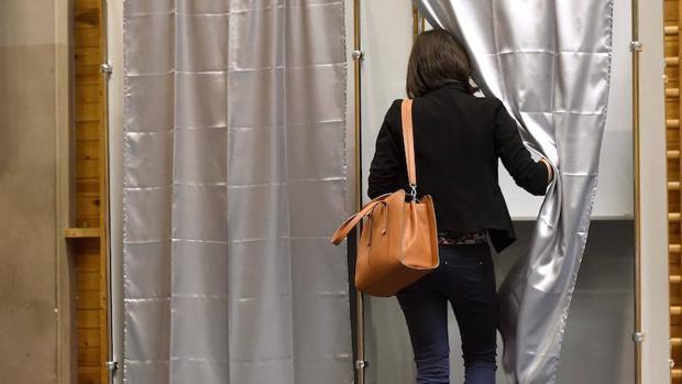 Una mujer participa en el referéndum celebrado este domingo en Hungría