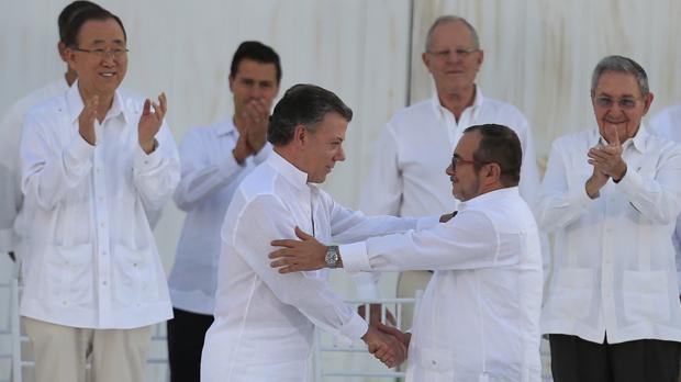 Juan Manuel Santos y «Timochenko», tras firmar el acuerdo de paz el pasado lunes en Cartagena de Indias