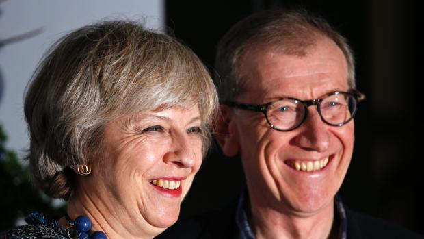 Theresa May y su marido, a su llegada a Birmingham