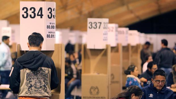 Ciudadanos colombianos, durante la votación sobre el acuerdo de paz con las FARC