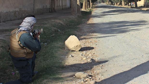 Un policía afgano se prepara para la defensa de Kunduz
