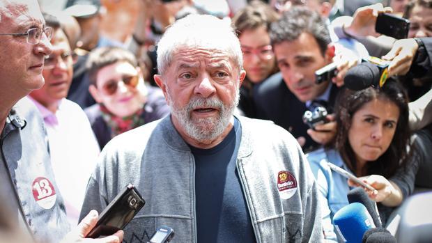 Lula, antes de depositar su voto en una escuela de Sao Paulo