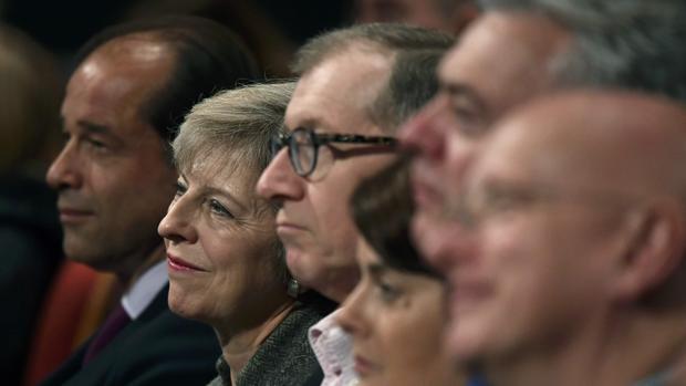 Theresa May, rodeada de correligionarios en el congreso del Partido Conservador en Birmingham