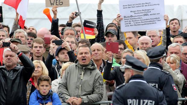 Un grupo de manifestantes protesta contra Merkel en Dresde