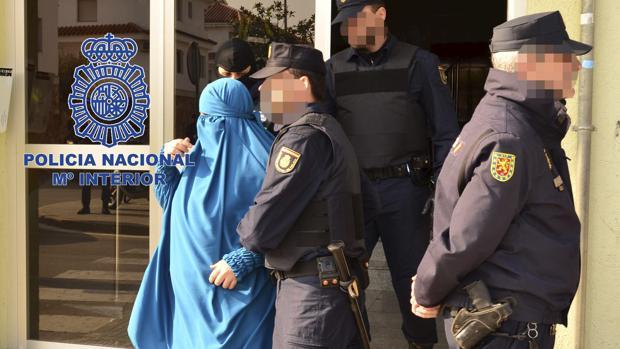 Fotografía de archivo de la detención de una mujer que formaba parte de una célula yihadista afín a Daesh en España