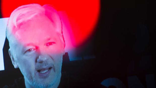 El fundador de Wikileaks, Julian Assange, comparece por vídeoconferencia ante un grupo de simpatizantes reunidos en Berlín