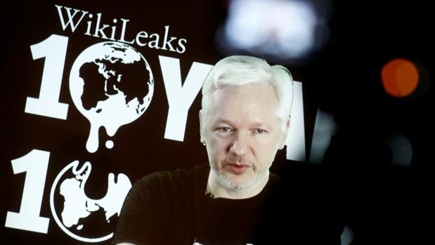 Julian Assange comparece por vídeo ante unos simpatizantes reunidos en Berlín para celebrar los diez años de Wikileaks