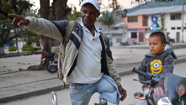 El colombiano Jimmy Bermúdez, que perdió una de sus piernas por una mina antipersona, votó el domingo a favor de los acuerdos de paz con las FARC, en Toribio (Cauca)