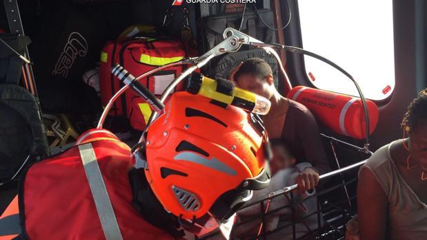 Imagen de la Guardia Costera Italiana que muestra a algunos de los inmigrantes que han sido rescatados