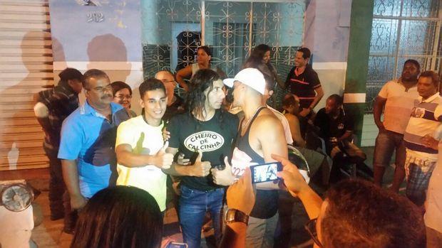 Luiz da Silva, con camiseta estampada en el centro de la imagen