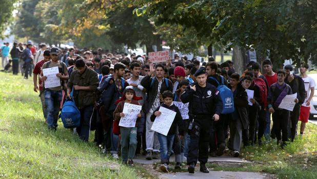 Una columna de inmigrantes atraviesa Belgrado en dirección a Hungría