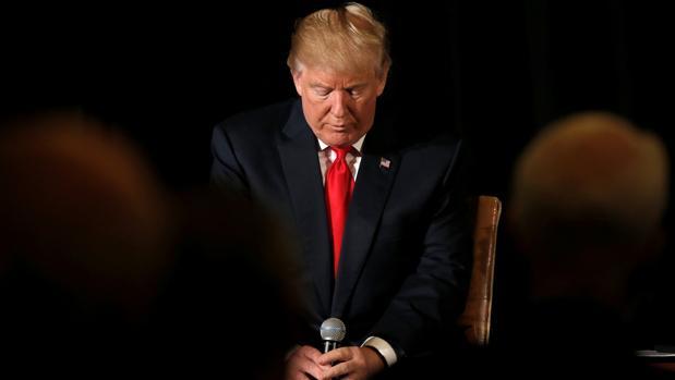 Donald Trump reflexiona antes de responder a las preguntas durante un acto en Herndon, Virginia, este lunes