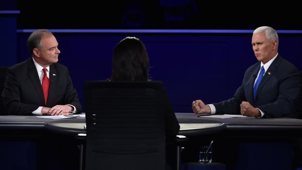 Tim Kaine (izquierda) y el candidado a vice presidente republicano Mike Pence