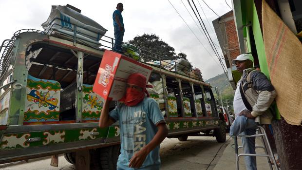 Un hombre que perdió una pierna por una mina antipersona (d), en una calle de Toribio (Cauca)